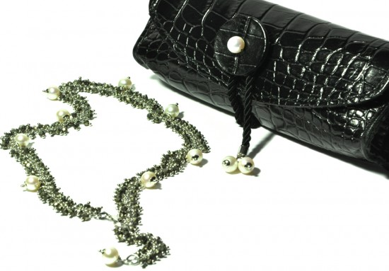 Handmade chain in rhodium-plated 925 sterling silver, natural pearls and black spinel. Tilda clutch in Tuscan leather with natural pearls and rhodium-lated sterling silver.