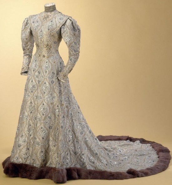 Charles FrÈderic Worth (1825-1895). Robe byzantine portÈe par la Comtesse Greffulhe pour le mariage de sa fille, 1904 - Taffetas lamÈ, soie et filÈ or, tulle de soie, application de paillettes. Galliera, musÈe de la Mode de la Ville de Paris.